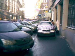 Штраф за парковку на тротуаре 1000 рублей: размер и правила